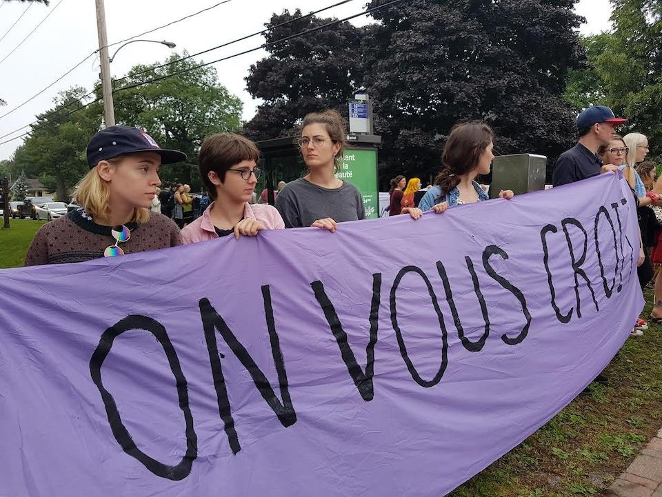 Des manifestants affichent leur couleur.