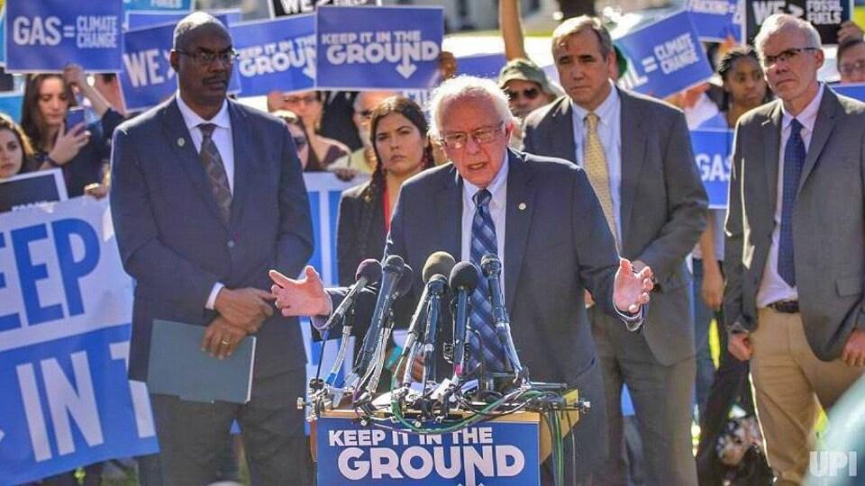 Bill McKibben (à droite) avec le sénateur du Vermont, Bernie Sanders.