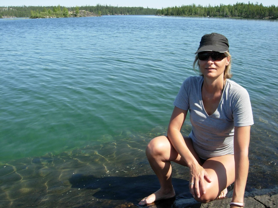 Photo de Chantal Mallette devant un lac au Yukon