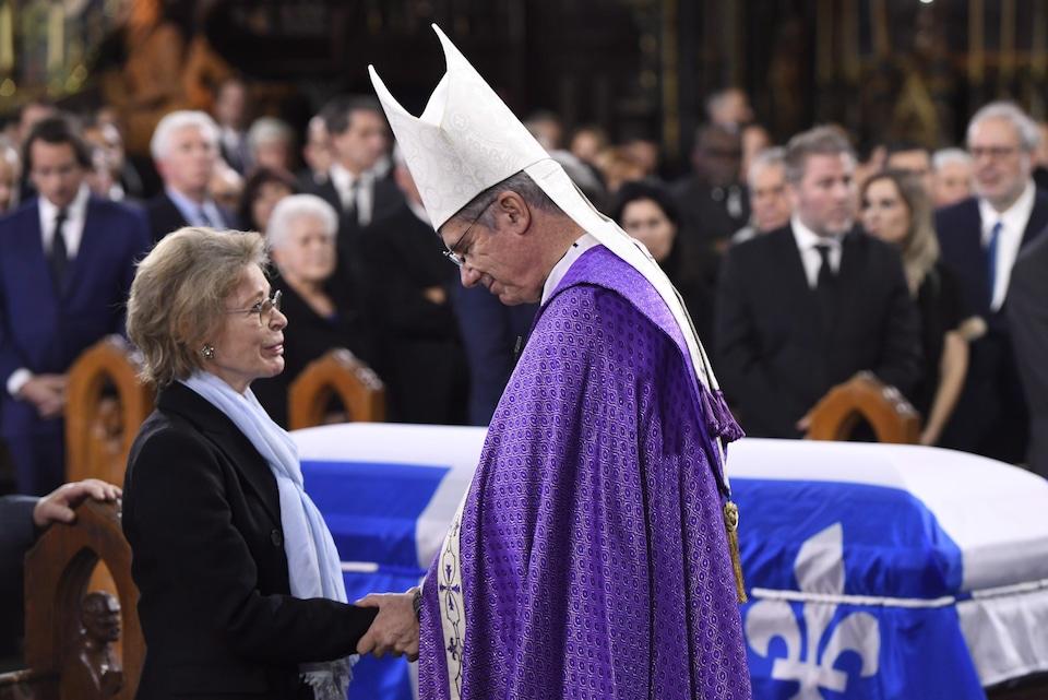 La conjointe de Bernard Landry, Chantal Renaud, et monseigneur Christian Lépine