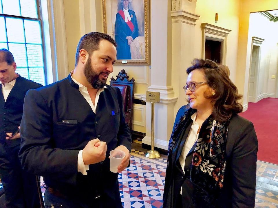On voit l'avocat Albertos Polizogopoulos de l'Association canadienne des médecins pour la vie en train de converser avec la directrice générale de l'organisation, Nicole Scheidl.