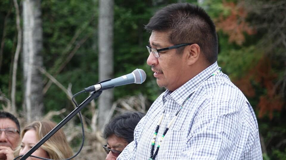 Le chef de la Première Nation de Neskantaga parle au microphone lors d'une conférence de presse