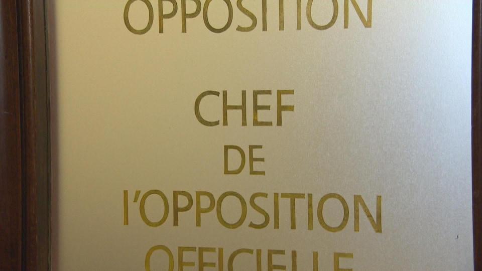 Une porte sur laquelle il est inscrit «chef de l'opposition officielle»