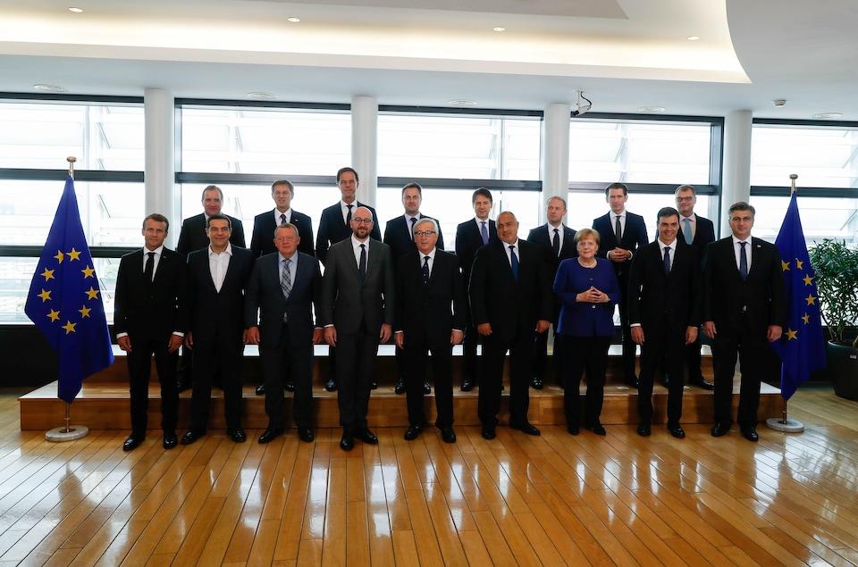 17 dirigeants européens posent pour les journalistes lors d'un sommet d'urgence à Bruxelles.