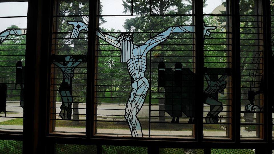 Un vitrail montrant le Christ sur la croix.