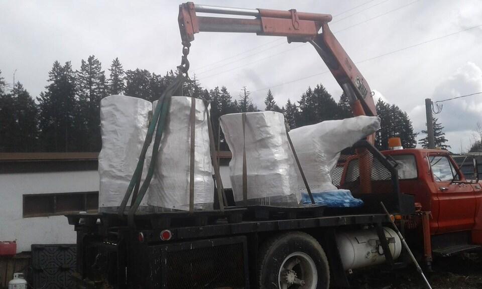 Sculpture Chimo ours polaire en morceaux sur une plateforme de transport.