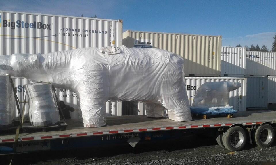 La sculpture de l'ours polaire Chimo sur une plateforme de transport