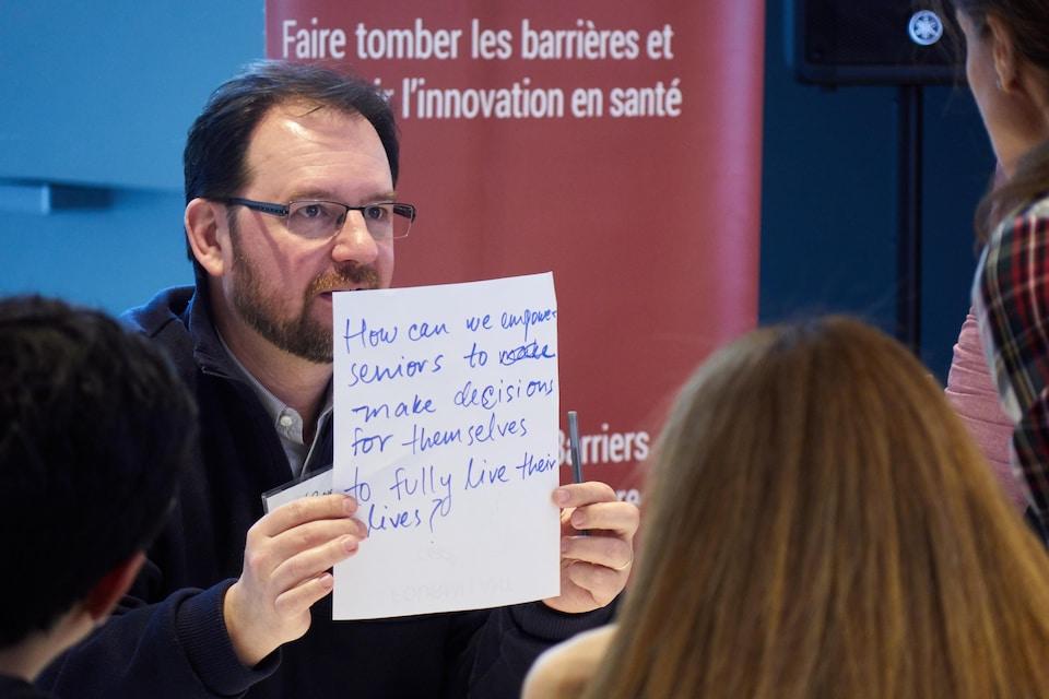 Christian Rocher présente son idée à d'autres participants.