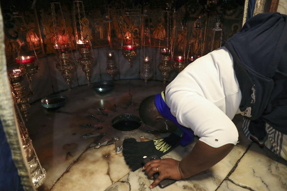 Un homme embrasse une étoile d'argent au sol.
