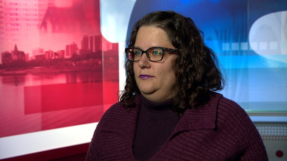 Une femme blanche porte des lunettes et a des cheveux noirs.