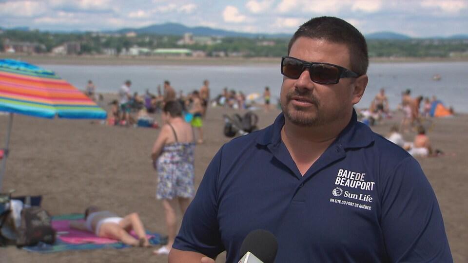 Christophe Roy à la baie de Beauport en entrevue avec Radio-Canada.