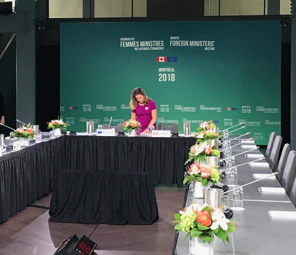 La ministre Chrystia Freeland sur le lieu de la rencontre des ministres des Affaires étrangères
