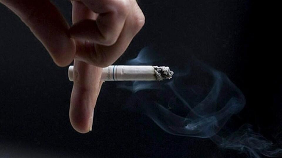 Une cigarette entre les doigts (archives)
