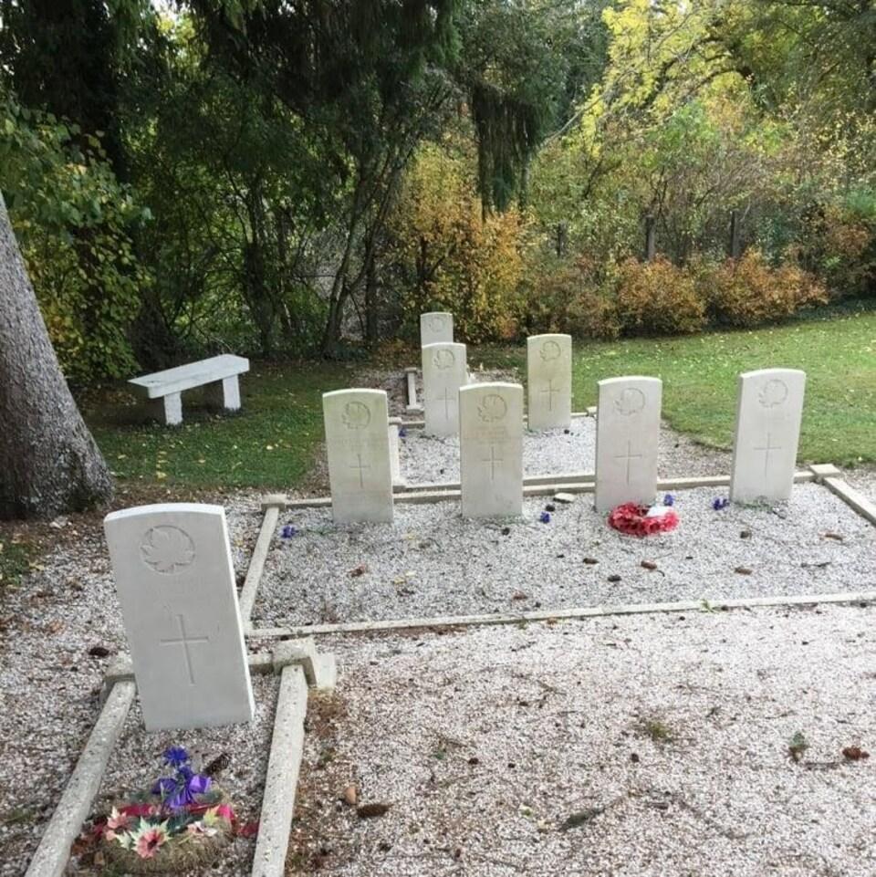 Les tombes de huit soldats dans un cimetière de Supt, en France.