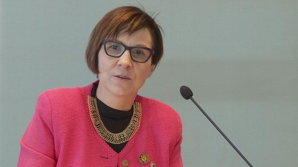 Cindy Blackstock, directrice générale de la Société de soutien à l'enfance et à la famille des Premières Nations du Canada. Elle s'est adressée au panel de services à l'enfance de l'Alberta.