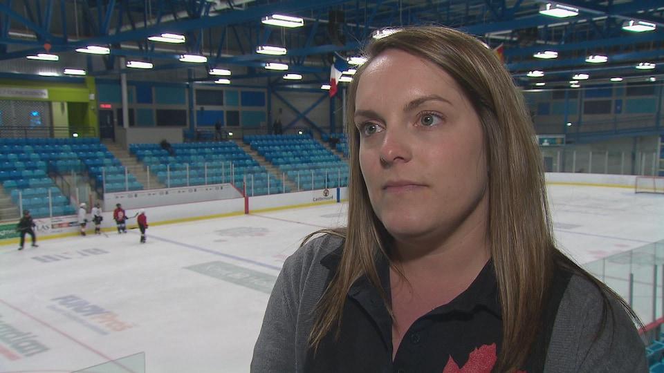 Cindy Lévesque en entrevue à l'aréna à Dieppe, au Nouveau-Brunswick.