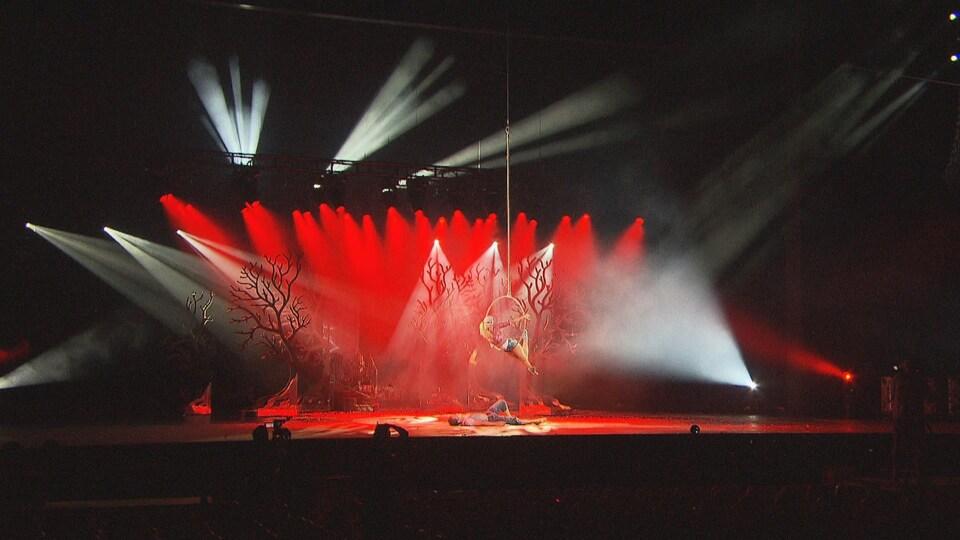 Gens sur la scène qui font de l'acrobatie