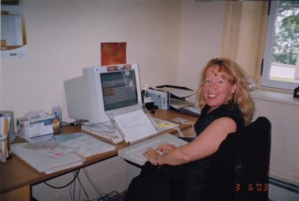 Claire Adam devant un ordinateur