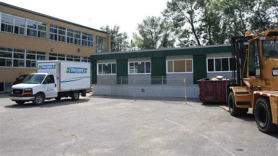 Classes modulaires, lors de leur installation à l'école Notre-Dame-des-Rapides, dans Lasalle.