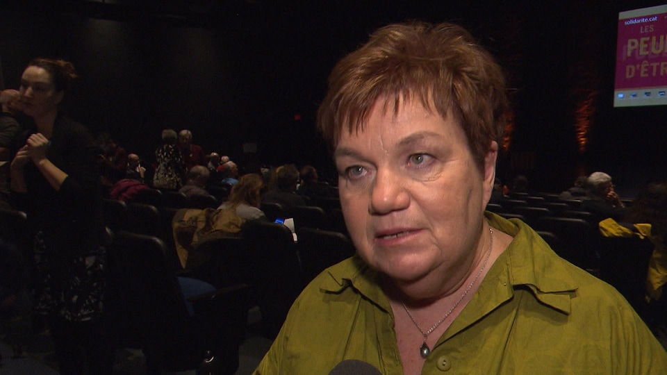 Claudette Carbonneau s'adresse à notre journaliste à l'arrière d'un auditorium.