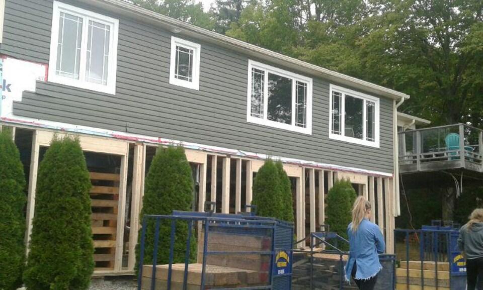 Les rénovations du domicile de Mme Snow vu de l'extérieur.