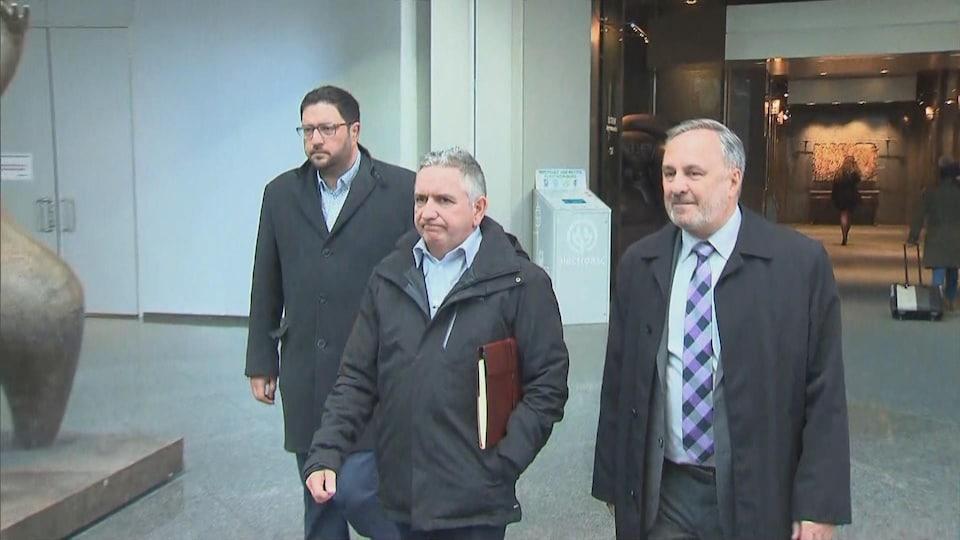 Les trois hommes qui marchent.