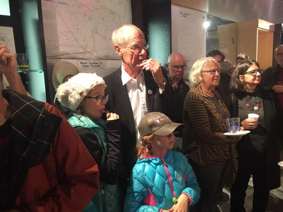 Clive Doucet regarde les résultats avec ses partisans.