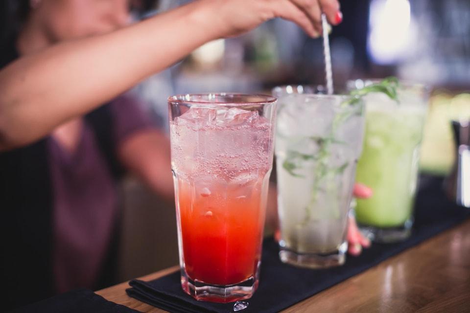On voit trois grands verres remplis de boissons colorées.