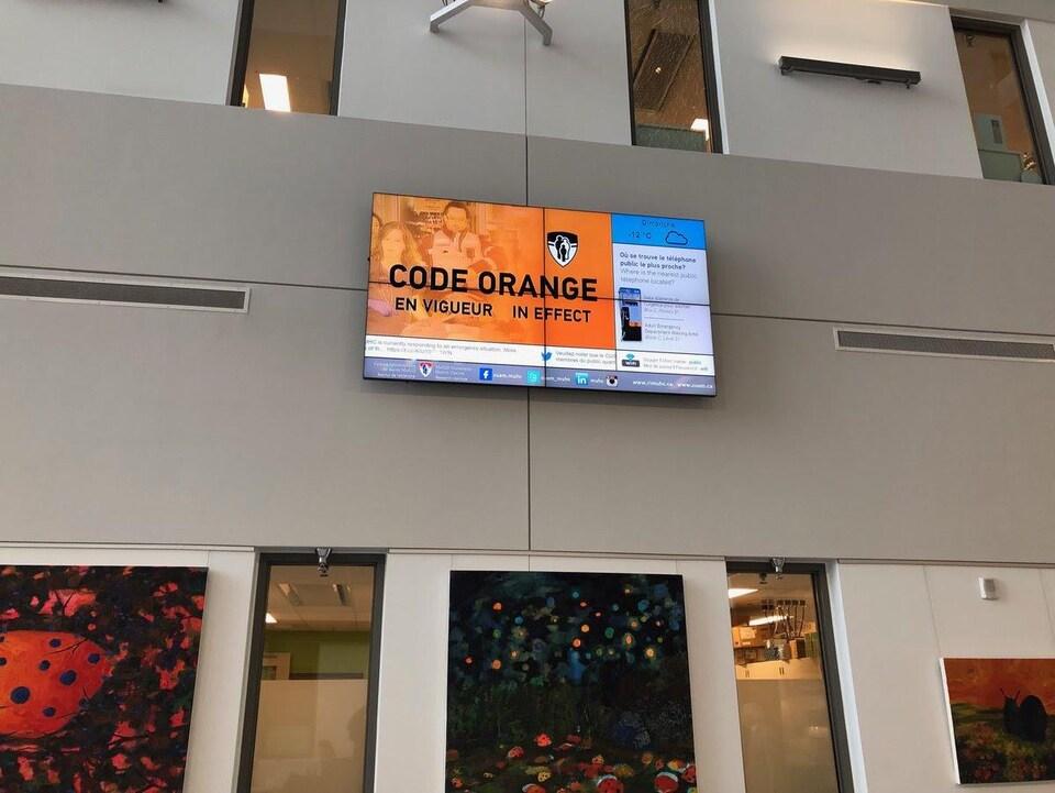 Un écran indique qu'un code orange est en vigueur.