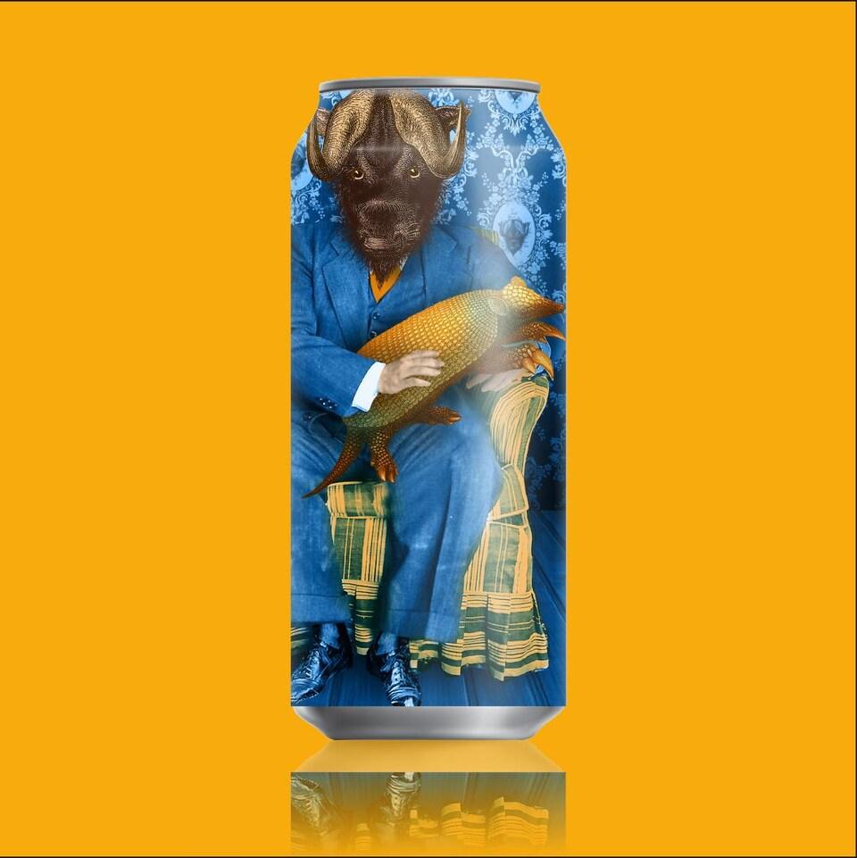 Une canette de bière sur laquelle est illustré un bison vêtu d'un complet et assis sur un fauteuil