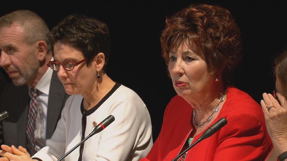 Claudette Tardif (en rouge), présidente du Comité sénatorial permanent des langues officielles. entourée de Raymonde Gagné et de Bertrand Dupain à Vancouver