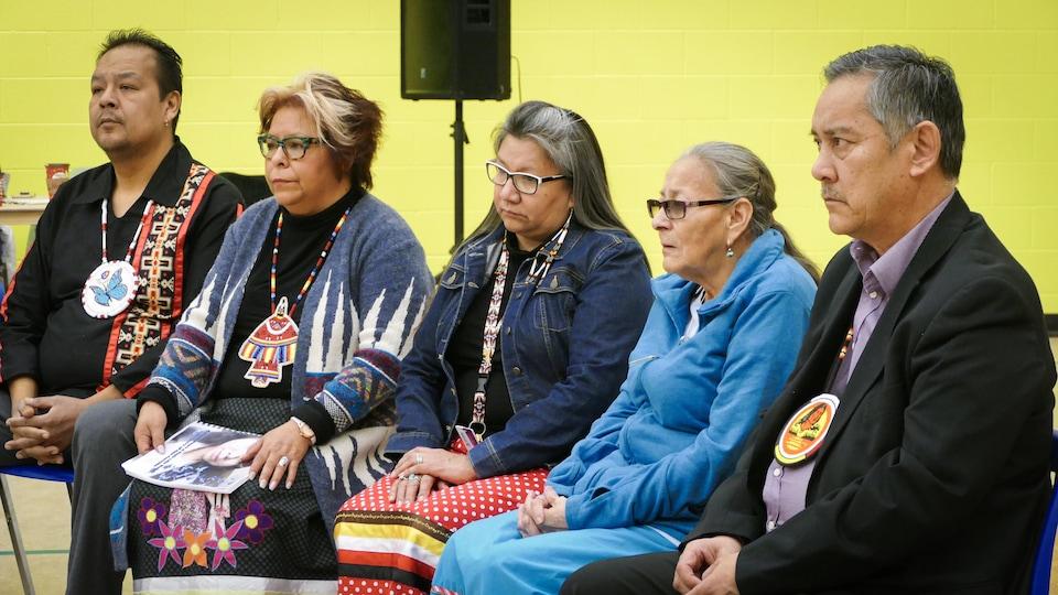 Des membres de la Première Nation Sagkeeng, au Manitoba, écoutent le discours de la protectrice des enfants de la province.