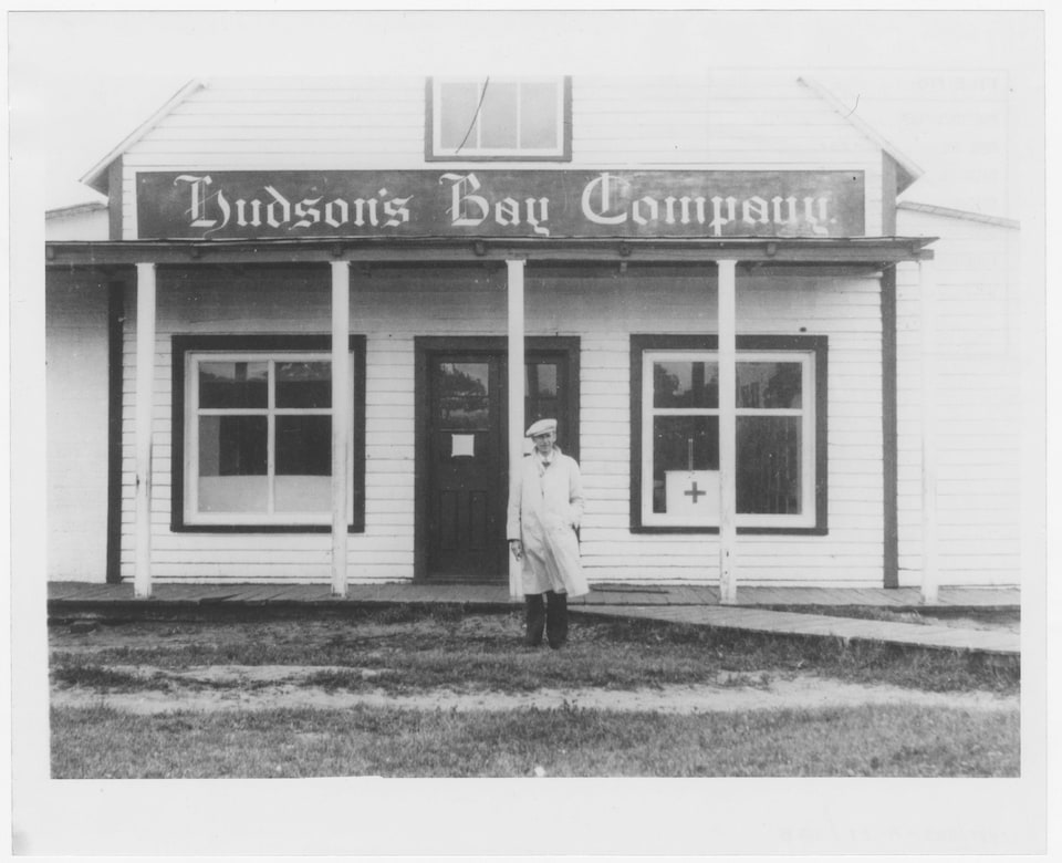 Un homme devant la façade du magasin de la Compagnie de la Baie d'Hudson en 1934