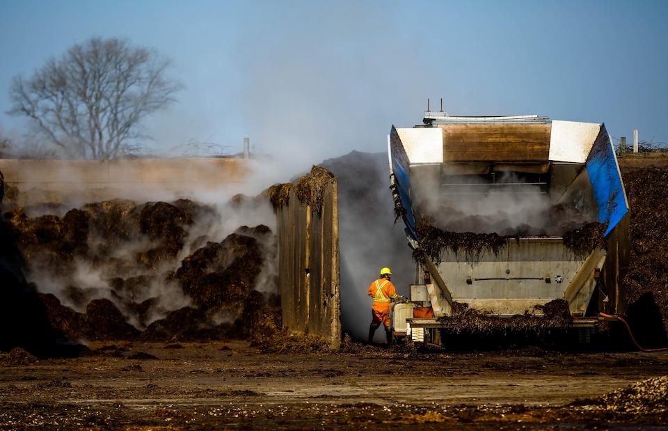 Le camion d'un centre de compostage industriel en Ontario transporte des matières résiduelles organiques.