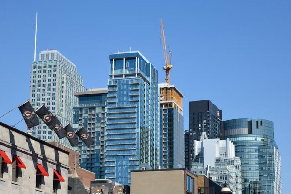 Des tours à condos au centre-ville de Montréal.