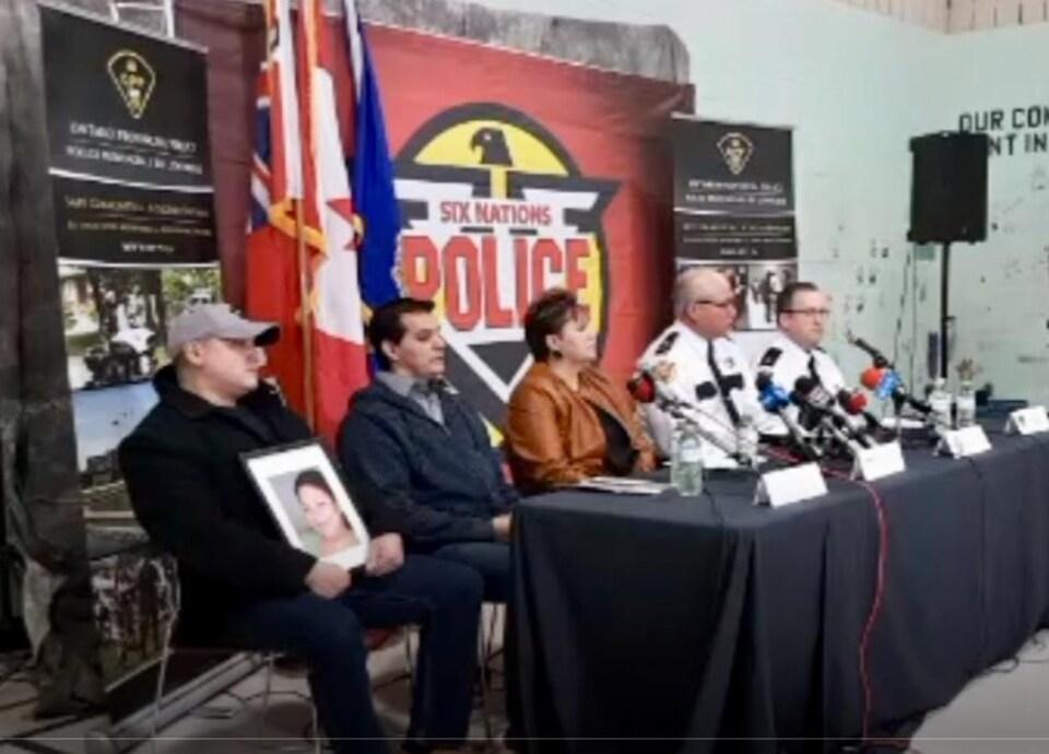 Une image d'une conférence de presse diffusée en ligne.