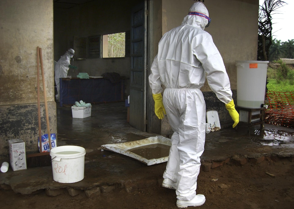 Un travailleur de la santé est dans une combinaison de protection, près d'une clinique dirigée par Médecins sans frontières, près du village de Kampungu, au Congo.