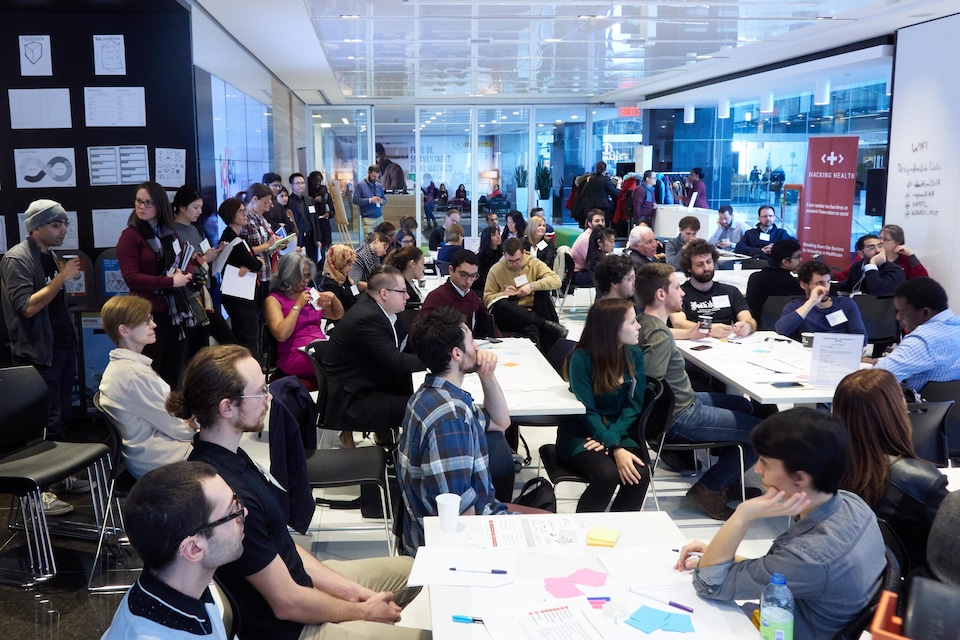 Des dizaines de personnes dans une grande salle