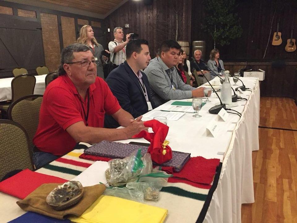Une dizaine de délégués assis à une table devant les premiers ministres