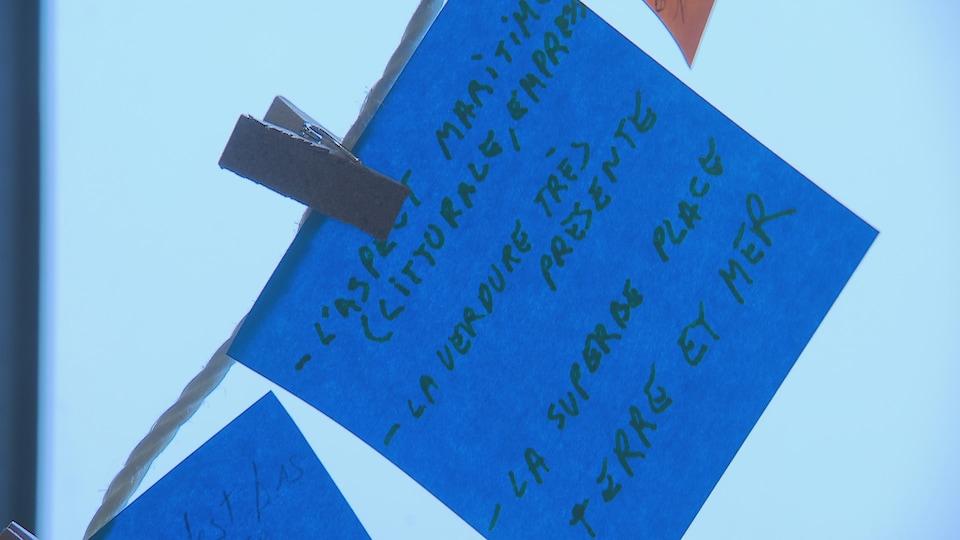 un papier bleu avec une inscription dessus.