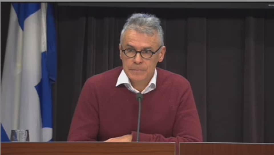 Louis Normandin en conférence de presse