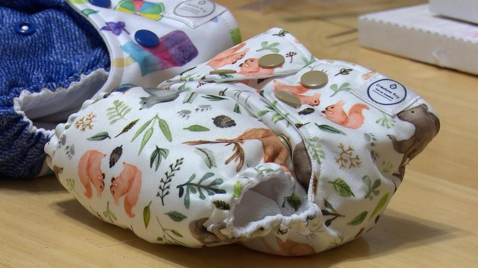Deux couches en tissu sur une table.