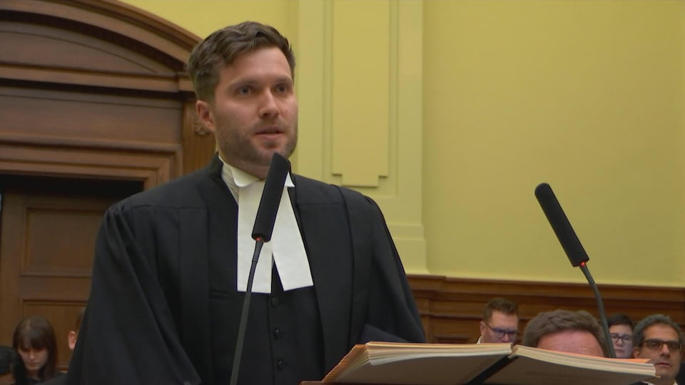 On voit le collègue de M. Hunter, l'avocat Padraic Ryan, en train de plaider les arguments de l'Ontario dans cette cause.