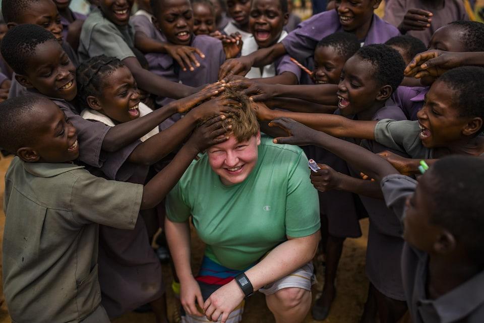 Courtney Neilson entourée de jeunes Zambiens.