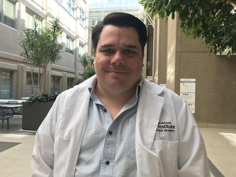 Craig Jenne est professeur associé en microbiologie et immunologie à l'Université de Calgary.