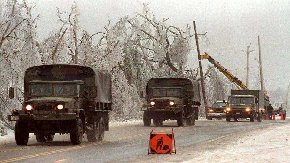L'armée canadienne intervient sur le terrain pour venir en aide aux autorités lors du verglas de 1998.