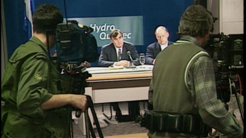 La conférence de presse quotidienne de Lucien Bouchard et d'André Caillé lors de la crise du verglas.