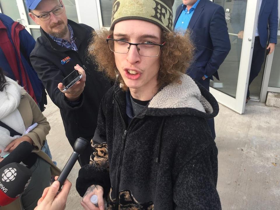 Dameon Pettis parle à des journalistes à l'extérieur d'un magasin de Cannabis NB.