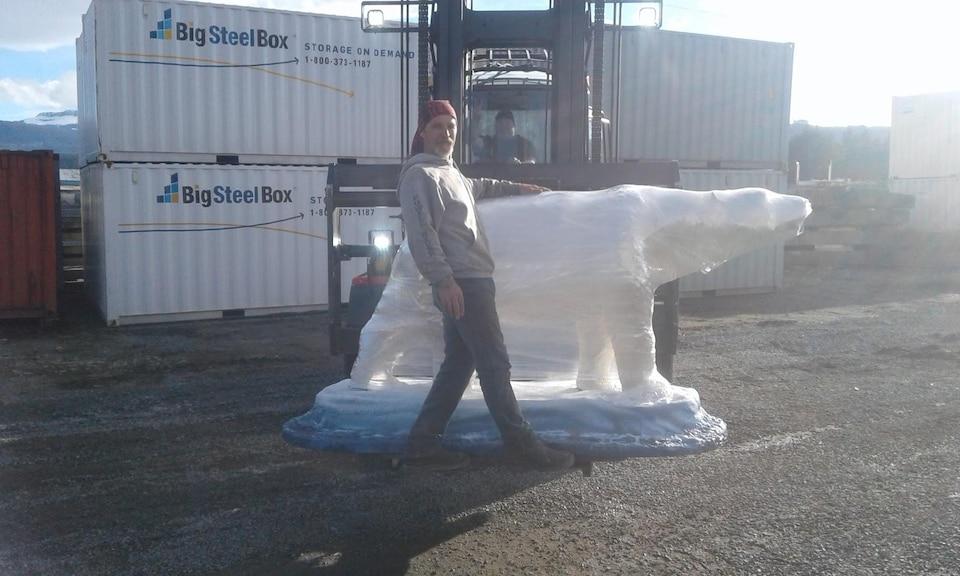 Le sculpteur Dan Richey avec son prototype ours polaire.