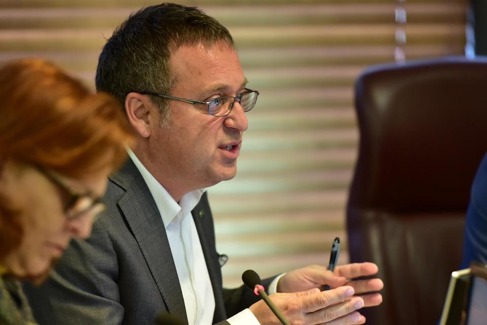 Le conseiller Daniel Champagne assiste au comité plénier de la Ville de Gatineau.